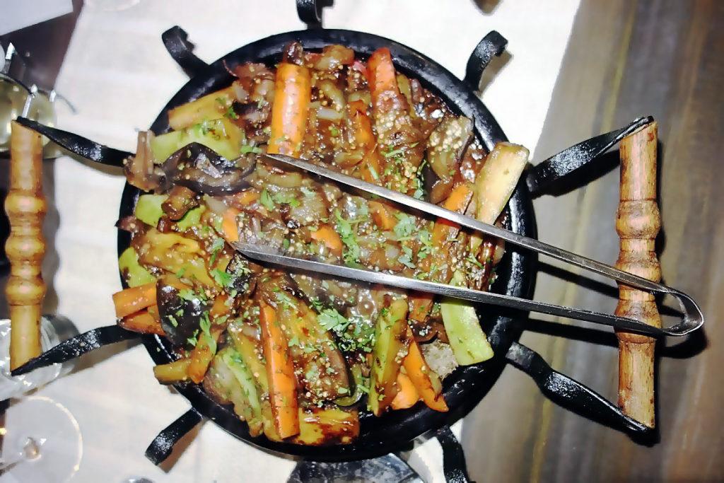 Блюдо национальной болгарской кухни Сач