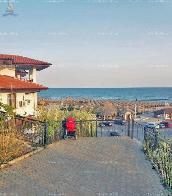 Коляска возле спуска к пляжу Святой Влас